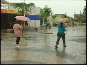 Chuva traz alívio para moradores da região noroeste paulista - Apesar de oferecer perigo nas estradas, a chuva trouxe alívio para os moradores da região noroeste paulista, que enfrentam uma das piores secas dos últimos anos. Em Araçatuba (SP) ninguém reclamou de andar o dia inteiro com acessórios que estavam esquecidos.
