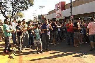 Ambulantes protestam na Rua 44, em Goiânia - Eles afirmam que não vão trabalhar na Feira da Madrugada, criada especificamente para os vendedores irregulares da região.