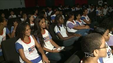 Sessão especial de filmes desperta o interesse de crianças pelo cinema nacional - Estudantes de escolas públicas de São Luís lotaram o Teatro da Cidade, para assistir a filmes que fazem parte da programação da mostra do Guarnicê de Cinema Infantil e Infanto Juvenil.