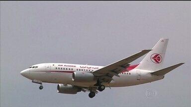 Destroços de avião que caiu em Máli são encontrados - O voo partiu de Burkina Faso com destino à Argélia, mas desapareceu dos radares após a decolagem. A maioria dos 116 passageiros tinha nacionalidade francesa