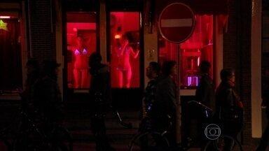 Prostituição no 'Red Light District' e maconha são atrações em Amsterdã - Apesar de ser liberada nos cafés da Holanda, maconha não é legalizada. Mas a prostituição é. Luzes vermelhas em Amsterdã viraram atração turística.