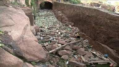 Seca permite retirada de 2,5 toneladas de lixo do Rio Tietê (SP) - A seca no estado de São Paulo revelou um grande depósito de lixo onde ninguém costumava ver. Uma operação de limpeza já retirou toneladas de sujeira do leito do rio paulista mais famoso: o Tietê.