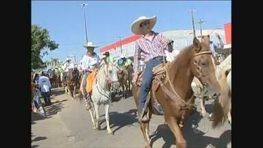 Cavalgada abre feira agropecuária de Ariquemes - A 31ª edição da Exposição Agroindustrial de Ariquemes (Expoari) já começou neste sábado (26) com a cavalgada de abertura do evento que segue até o próximo dia 2 de agosto.