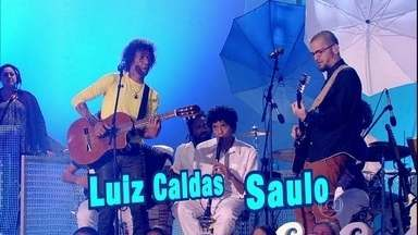 Saulo e Luiz Caldas abrem Esquenta! com 'Maracangalha' - Regina Casé surpreende dentro de barco feito de origami