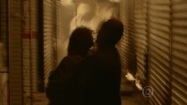 Elivaldo é resgatado de quiosque em chamas - O casal do outro quiosque não consegue se salvar
