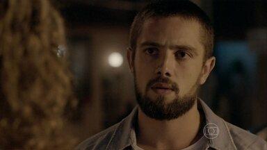 Cristina quase reconhece Vicente - O rapaz conta para Xana e Naná que conseguiu um emprego