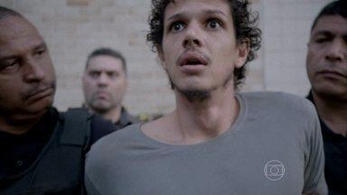 Elivaldo é transferido para um presídio - Fernando avisa a Cora sobre a confusão que o rapaz causou na delegacia e aconselha a megera a não contar nada para Cristina. A jovem vai até a casa de Xana para ver Victor