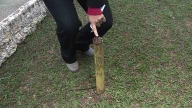 Garoto machuca a perna em pedaço de ferro enferrujado em centro esportivo da Zona Leste - Vários pedaços de ferro enferrujados oferecem riscos aos jovens que frequentam centro esportivo da prefeitura no Tatuapé.