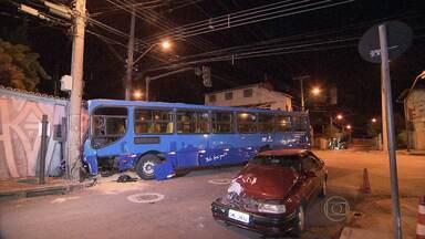 Ônibus bate em muro de casa no bairro Horto, Região Leste de Belo Horizonte - Um carro avançou o sinal vermelho no cruzamento e bateu na roda dianteira.