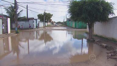 Ruas em Paulista alagam mesmo sem chuva - No Janga, as ruas João de Deus, Madre de Deus e Cachorrinha são vias difíceis para caminhar ou passar de carro.