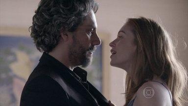José Alfredo percebe o nervosismo de Maria Isis e finge acreditar no que ela diz - Comendador quer saber por que a cama e o sofá estão desarrumados e nem desconfia que quem está lá é Robertão, o irmão dela