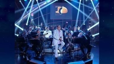 Zeca Pagodinho canta Volta por Cima - Musical de 2000 encerra o programa de quinta-feira