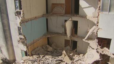 Parte de prédio caixão desaba durante a madrugada em Jaboatão - Edifício havia sido condenado pela Defesa Civil e foi desocupado no ano passado.