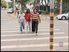 Deficientes visuais reclamam das dificuldades em atravessar ruas - No município, apenas 21 semáforos sonoros estão instalados.