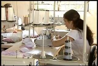 Mulheres de Itueta produzem roupas e artesanato dentro de associação - Projeto de corte e costura mudou a vida de mulheres da cidade.