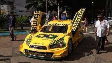 Sortudos de puderam dar uma volta em um carro de Stock Car nas ruas do centro de Goiânia - Apaixonados pela velocidade também puderam tirar fotos ao lado do veículo. Etapa do campeonato vale R$ 1 milhão.