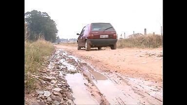 Moradores reclamam das más condições de estradas de chão, Santa Maria (RS) - Buracos, pedras e alagamentos são alguns dos problemas.
