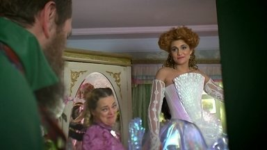 A Vila festeja os casamentos de Gina e de Juliana - Pedro Falcão se emociona ao ver a filha vestida de noiva e conta a Juliana que o coronel Epaminondas irá conduzi-la ao altar