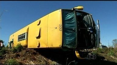 Colisão entre ônibus e caminhonete deixa 24 pessoas feridas na GO-206 - Acidente aconteceu a cerca de 15 km de Itarumã, no sudoeste do estado.PRE diz que vítimas foram socorridas e levadas para hospitais da região.