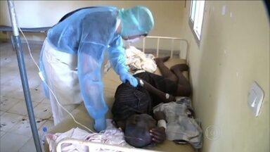 OMS alerta que epidemia do Ebola se espalha com mais rapidez que as medidas de controle - A doença se espalhou por três países do oeste da África: Guiné, Serra Leoa e Libéria. Segundo a Organização Mundial da Saúde, 1,3 mil pessoas foram infectadas e 729 morreram.