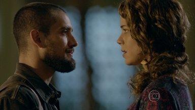 Cristina reconhece Vicente - Cora vê Cristina conversando com Vicente e desconfia. O chef conta que está morando na casa de Xana e Cristina diz estar feliz por ter o amigo de volta