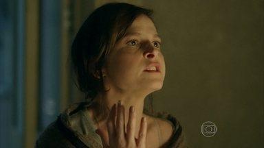 Cora critica Cristina por intimidade com Vicente - Cristina implora que a tia a deixe dormir e Cora garante que irá atrás do comandador se a sobrinha não for