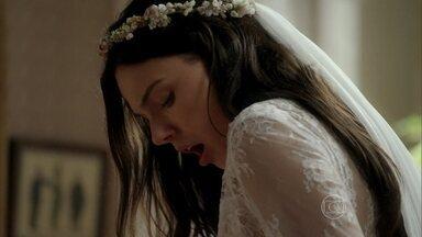 Claudia derruba café no vestido de noiva de Sandra - A noiva se desespera. Beatriz tenta acalmar a filha e afirma que a mancha vai sair