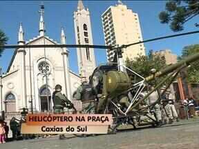 Helicóptero da BM pousa na praça Dante Alighieri - Helicóptero usado em operações da serra foi apresentado à comunidade de Caxias do Sul, RS.