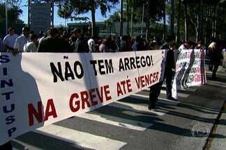 Funcionários grevistas fecham portão principal da USP - Funcionários grevistas da Universidade de São Paulo (USP) fecharam o portão principal da Cidade Universitária, na Avenida Afrânio Peixoto, na Zona Oeste, na manhã desta quinta-feira (7) contra o desconto dos dias parados.
