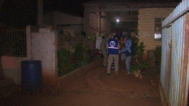 Mulher é baleada na perna dentro de casa em Foz do Iguaçu - Um bandido passou de carro atirando em frente a casa onde a mulher mora.