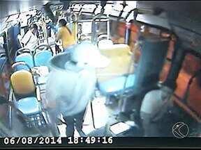 Vídeo mostra jovem com facão assaltando ônibus de Uberlândia - Assaltante fez passageiro refém, mas foi preso durante abordagem policial.Crime foi registrado na noite desta quarta-feira (7) perto do Terminal Central
