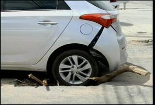 Buraco surge em Avenida de Petrolina durante passagem de carro - Segundo moradores do local, o buraco começou por conta de uma obra da Compesa, realizada há um mês.