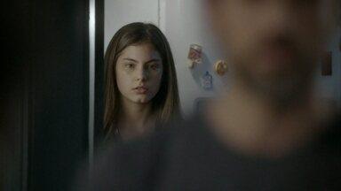 Bianca ouve Bete e Gael comentarem sobre a paternidade de Karina - Karina discute com a irmã e cobra promessa de Bianca de terminar o namoro