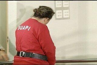 PC apresenta mulher suspeita de comandar quadrilha de tráfico internacional de drogas - Esquema teria envolvimento de parentes.