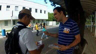 Aílton Lopes distribui material de campanha no campus do Pici da UFC - CETV acompanha o dia a dia dos candidatos.
