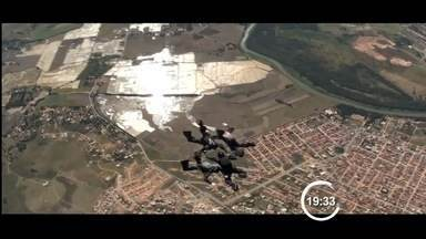 Militares participam de campeonato de paraquedismo em Guaratinguetá, SP - Representantes das Forças Armadas participam de competição.