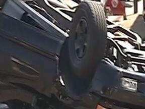 Carro capota após batida forte em cruzamento em bairro de Araçatuba - Um carro capotou na tarde desta quinta-feira (7) depois de uma forte batida em um cruzamento movimentado no bairro Alvorada, em Araçatuba (SP). Segundo informações da polícia, três pessoas ficaram feridas, sem gravidade.