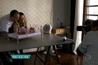 Fotógrafo registra momentos de pais com os filhos - Há uma preparação especial para tornar o ambiente aconchegante e ideial para deixar o bebê tranquilo.