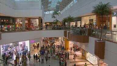 Nos shoppings, movimento intenso neste sábado - A maior parte dos recifenses parece preferir os centros comerciais para comprar presente dos pais.