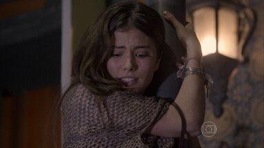 Bianca grita por socorro - Sol canta no restaurante com Pedro. Gael ouve os gritos de sua filha e vai ao socorro dela. Duca chega e a ajuda a descer