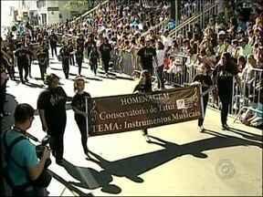Desfile Cívico marca o 188º aniversário de Tatuí - Para homenagear o aniversário de Tatuí (SP) um desfile com a participação de estudantes da rede pública e particular do município percorreu as principais ruas do centro. Teve banda, fanfarra e até bonecos gigantes.
