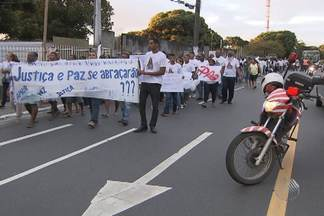 Moradores do Cabula protestam pelas duas mulheres que foram baleadas no bairro - Caminhada percorreu cerca de 2 km. Uma das vítimas foi morta durante troca de tiros entre policiais e suspeitos. A segunda mulher foi baleada durante uma tentativa de violência sexual.