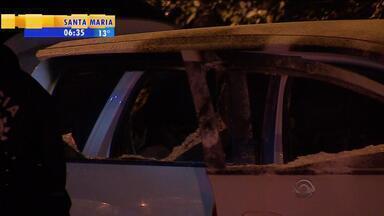 Taxista é encontrado morto dentro de veículo carbonizado em Novo Hamburgo, RS - Polícia investiga se morte foi acidente ou assassinato.