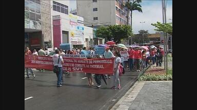 Agentes de saúde e de endemias de Caruaru estão em greve - Cerca de 600 servidores foram às ruas na segunda-feira (13) para protestar.