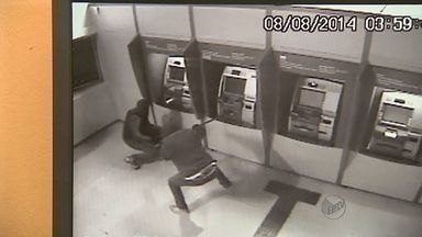 Câmeras de segurança registram ação de ladrões em Colina, SP - Suspeitos explodiram equipamentos com dinamite e levaram dinheiro de duas máquinas na agência do Banco do Brasil.