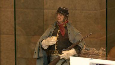 Artista plástico italiano traz exposição de bonecos em miniatura para Maceió - As esculturas de pessoas remetem a situações que são reproduzidas do cotidiano e chamam a atenção do público.