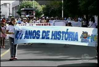Mães de alunos da casa da criança realizaram uma caminhada contra o fechamento - Caminhada aconteceu na manhã da terça-feira (12) pelas ruas do centro da cidade