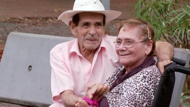 Moradores do Lar dos Velhinhos se apaixonam e começam a namorar - A dona Maria e do seu José estão namorando há quatro meses.