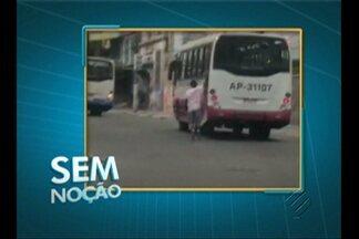 Jovens andam de patins no meio dos carros no centro de Belém - Eles foram filmados na rua Gama Abreu, próximo ao Largo da Trindade, no bairro da Campina.