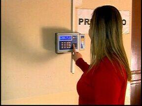 Prefeitura adere ao ponto eletrônico em Araxá - Sistema foi implantado para assegurar o cumprimento da jornada.Para a instalação foram investidos R$ 900 mil.